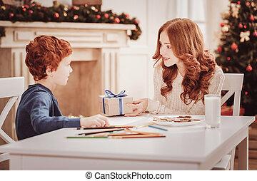 elle, positif, enfant, mère, apporter, présent