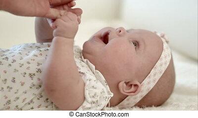 elle, possession main, mère, bébé, heureux