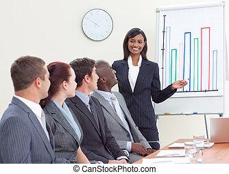 elle, présentation, collègues, donner, femme affaires