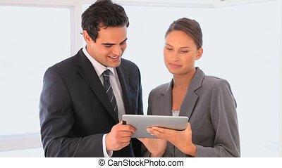 elle, projection, homme affaires, tablette, femme