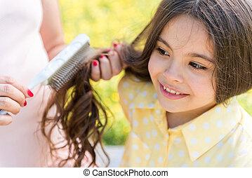 elle, qui attend, cheveux, peigner, mère, gosse