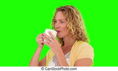 elle, quoique, regarder, tasse, appareil photo, femme, thé buvant