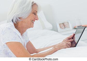 elle, quoique, utilisation, mensonge, tablette, lit, femme