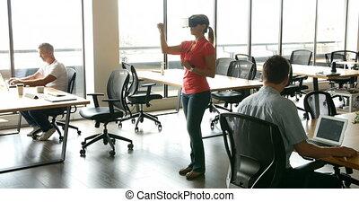 elle, realty, casque à écouteurs, bureau, femme, quoique, virtuel, collègues, utilisation, fonctionnement, cadre, 4k