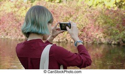 elle, regard, femme, automne, bleu, prend, smartphone, photos, cheveux, millennial