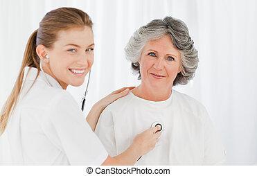 elle, regarder, infirmière, appareil photo, patient, retiré