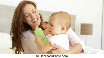 elle, regarder, jeune, mère, bébé, sourire