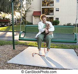 elle, séance, chien, personnes agées, balançoire, dame