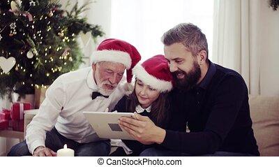 elle, séance, tablet., père, grand-père, sofa, petit, utilisation, girl, noël