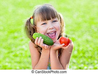 elle, sain, prêt, mains, enfant, herbe, légumes, heureux
