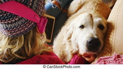elle, sofa, caresser, baisers, 4k, femme, chien