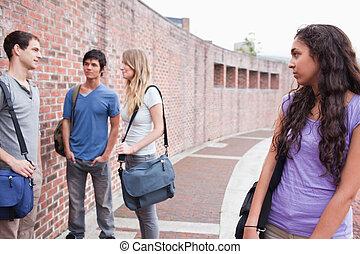 elle, solitaire, conversation, camarades classe, regarder, étudiant