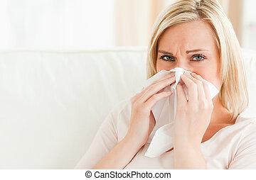 elle, soufflant nez, femme malade