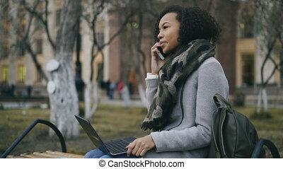 elle, téléphone, ordinateur portable, séance, banc, conversation, américain, informatique, séduisant, étudiant, africaine, dehors