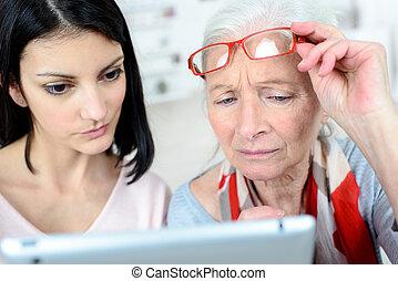 elle, tablette, regarder, petite-fille, désordre, personne agee, dame