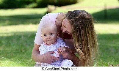 elle, tenue, mère, dorlotez fille, heureux