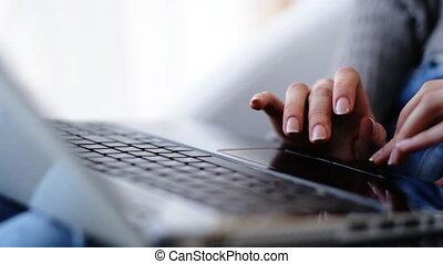 elle, texte, dactylographie, laptop., haut, femelle transmet, fin, message, corriger, ou