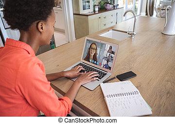 elle, vidéo, avoir, réunion, ordinateur portable, femme