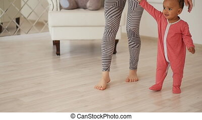 elle, walk., fils, race mélangée, maman, bébé, enseigne