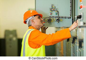 ellenőrzés, doboz, ipari, átvizsgálás, gép, technikus, idősebb ember