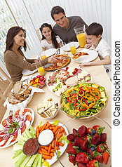 eltern, kinder, familie essen, pizza, &, salat, an, eßtisch
