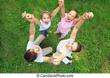 eltern, mit, kinder, stehen, haben, angeschlossene hände, und, haben, hoben, sie, draufsicht