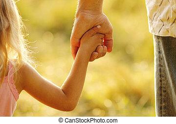 elternteil, hält, der, hand, von, a, kleines kind
