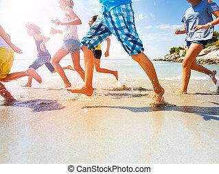 elzáródik, közül, gyerekek, combok, futás, a parton