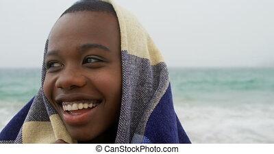 emballé, africaine, vue, couverture, américain, plage, femme, devant, 4k