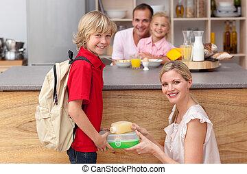 emballage, mère, fils, attentif, sien, déjeuner, école