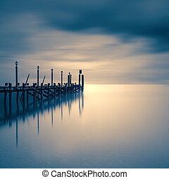 embarcadero, en, un, lago, con, cielo dramático