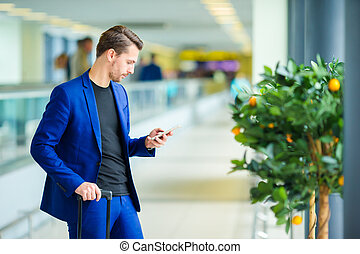 embarquement, aéroport, jeune, bagages, attente, homme