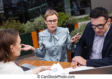 embarrassé, femme affaires, pendant, élégant, sentiment, réunion, personnel