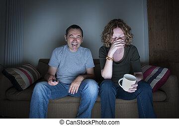 embarrassé, tã©lã©viseur, rire, couple, regarder