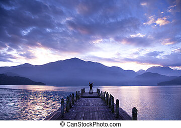 ember, áll, képben látható, egy, móló, és, őrzés, a, hegyek, és, tó