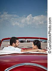 ember, és, gyönyörű woman, ölelgetés, alatt, kabrió, autó