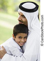 ember, és, young fiú, szabadban, dísztér, átkarolás, és, mosolygós, (selective, focus)