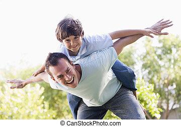 ember, és, young fiú, szabadban, játék repülőgép, mosolygós