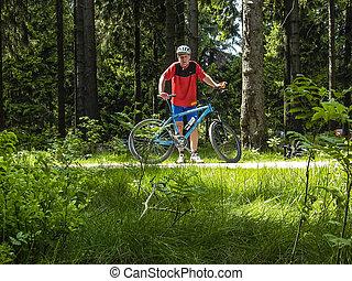 ember, őt élvez, lovaglás, hegy bicikli, alatt, a, erdő
