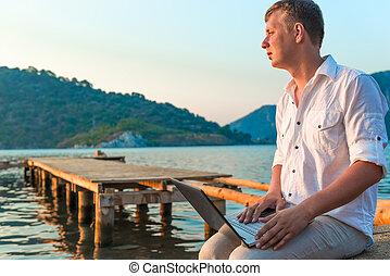 ember, alatt, egy, white ing, noha, egy, laptop, képben látható, a, móló, to találkozik, egy, hajnalodik