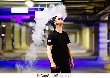 ember, alatt, sapka, dohányzik, egy, elektronikus, cigaretta, és, elengedés, elhomályosul, közül, gőz, előadó, különféle, fajta, közül, vaping, szivárog