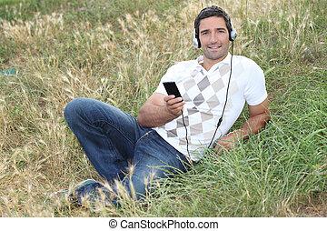 ember, hallgat hallgat zene, a parkban