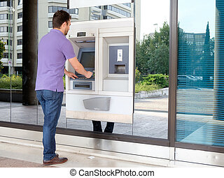 ember, használ, övé, hitelkártya, alatt, egy, atm, helyett, kivonás