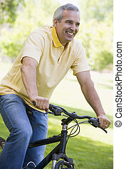 ember, képben látható, bicikli, szabadban, mosolygós