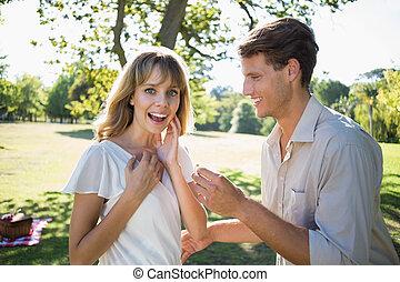 ember, meglepő, övé, barátnő, noha, egy, javaslat, a parkban