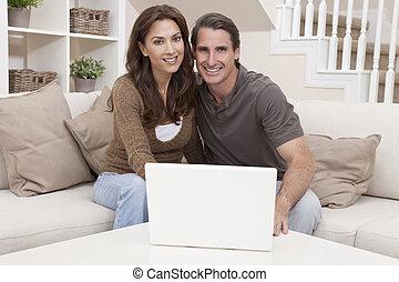 ember, &, nő, párosít, használt laptop, számítógép, otthon