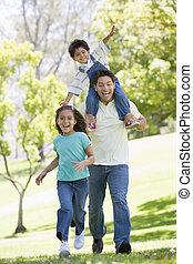 ember, noha, két, young gyermekek, futás, szabadban, mosolygós