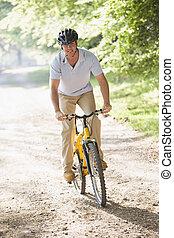ember, szabadban, elnyomott bicikli, mosolygós