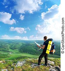 ember, természetjáró, alatt, hegy, olvas, a, map.