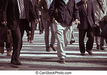 emberek, ingázik, alatt, csúcsforgalom